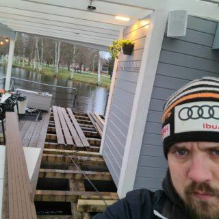 Vaihdettiin kulkuväylille komposiittilaudat. Komposiittilautojen sisällä kulkee kanavat mihin laitettiin sulanapitokaapelit. Nyt lattioiden pitäisi pysyä sulana talvella. Nyt kaikki peukut pystyyn että se toimii niin hyvin kun odotetaan. Tervetuloa tunnustelemaan miltä lämmin terassi tuntuu varpaiden alla! . . . . #koivurannansaunalautta #saunalautta #kahvila #kelluvakahvila #löyly #visitoulu #visitfinland #yleinensauna #saunalauttaristeily #avanto #ulkoporeamme #oulu247 #risteily #saunalauttaristeilyt #remontti #sauna #elämyksenkoordinaatit #vohveli #kahvi #hääpäivä #aurorahut #koivurannaniglut #iglu #lasi-iglu #igloos #finland #lapland #lattialämmitys #sunset #ePassi @epassifinland