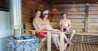 Pieni vinkki saunojille! Ne jotka tykkää rauhassa saunoa. Ensimmäisellä 45 minuutin ja viimeisen 45 minuutin aikana on maksimissaan 10 henkilöä lautalla. Yleensä vähemmänkin. Nykyisellä järjestelmällä kun liput ostetaan ennakkoon.