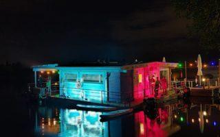 Lautan Venetsialaiset! Mieletön ilta! . . . . . #koivurannansaunalautta #saunalautta #kahvila #kelluvakahvila #löyly #visitoulu #visitfinland #yleinensauna #saunalauttaristeily #avanto #ulkoporeamme #oulu247 #risteily #saunalauttaristeilyt #remontti #sauna #elämyksenkoordinaatit #vohveli #kahvi #hääpäivä #aurorahut #koivurannaniglut #iglu #lasi-iglu #igloos #finland #lapland #auringonlasku #sunset