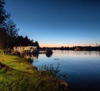 Syksy ja auringon laskut on kyllä hieno yhdistelmä joella! Menkää ihmeessä katsoon illalla. Kannattaa kokeilla kännyköillä yö kuvaustilaa. Voit yllättyä.... Kuvan ottanu lautan Jossu! . . . . #koivurannansaunalautta #saunalautta #kahvila #kelluvakahvila #löyly #visitoulu #visitfinland #yleinensauna #saunalauttaristeily #avanto #ulkoporeamme #oulu247 #risteily #saunalauttaristeilyt #remontti #sauna #elämyksenkoordinaatit #vohveli #kahvi #hääpäivä #aurorahut #koivurannaniglut #iglu #lasi-iglu #igloos #finland #lapland #auringonlasku #sunset #kuutamo