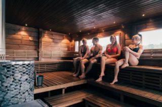 Mikä on Koivurannan saunalautan hyvien löylyjen salaisuus? Mieti hetki... meidän mielipide löytyy alta. 1. Suuri kivimäärä kiukaassa antaa pehmeät löylyt. 2. suuri saunan koko. Happi ei pääse loppumaan ja löyly ei tule niin kovasti niinkuin pienessä tilassa. 3. Saunan lämpötila pidetään 60-65 astetta jolloin löyly on pehmeää ja saunassa voi istua pitkään. 5. Puukiuas joka tekee ilman kierron optimaaliseksi. Puukiuas imee todella ison määrän ilmaa alhaalta joka tekee sen että sauna lämpeää lattiaa myöten. Tässä saunassa ei varpaita palele niinkuin monessa sähkösaunassa. 6. Hiriseinät. Hirsiseinät pystyy imemään ja luovuttamaan paljon kosteutta mikä parantaa löylyä. Kerro kommenteissa omia kokemuksia lautan löylyistä. Voit kertoa myös jostain muistakin hyvistä löylykokemuksista. Parasta vielä jos se on jostain muusta yleisestä saunasta niin muillakin olisi mahdollisuus päästä niitä joskus testaamaan. Parhain löylyterveisin saunomisen puolesta Koivurannan saunalautta. 🙂 . . . . . #koivurannansaunalautta #saunalautta #kahvila #kelluvakahvila #löyly #visitoulu #visitfinland #yleinensauna #saunalauttaristeily #avanto #ulkoporeamme #oulu247 #risteily #saunalauttaristeilyt #remontti #sauna #elämyksenkoordinaatit #vohveli #kahvi #hääpäivä #aurorahut #koivurannaniglut #iglu #lasi-iglu #igloos #finland #lapland #auringonlasku #sunset #ePassi @epassifinland